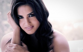 Sunny Leone Cute Clouse Up Smile  Wallpaper